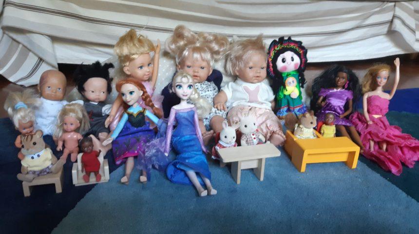 """Bambole e pupazzi sono i """"nuovi"""" compagni di scuola"""